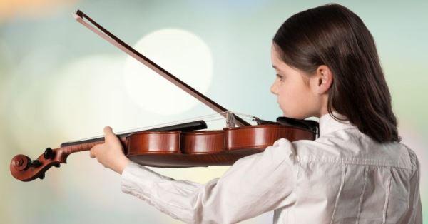 Ένα παιδί παίζει βιολί